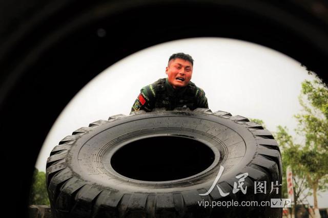 """广西来宾:武警特战队员节日""""烤""""验练兵忙"""