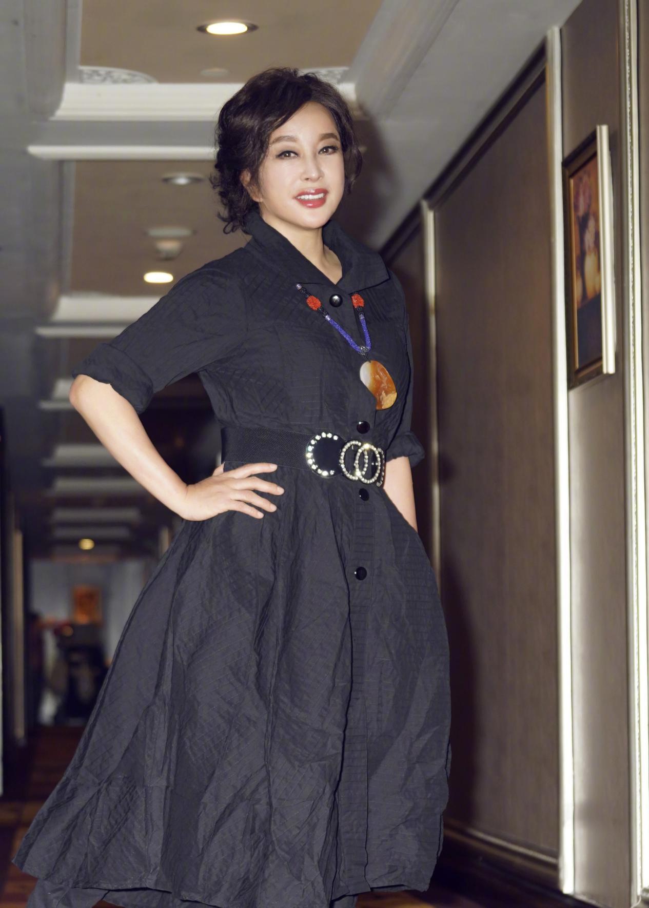 小roro■64岁刘晓庆上直播,时尚穿搭配翡翠项链减龄又时髦,妥妥的翡翠控