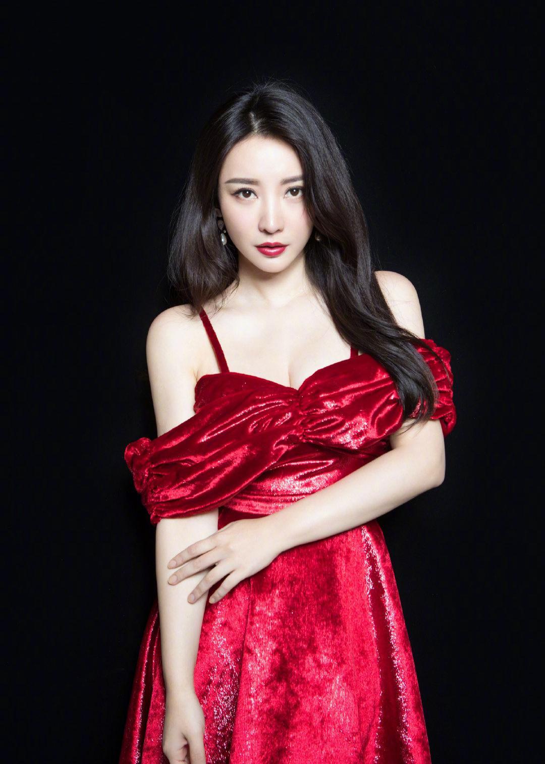 「小roro」40岁柳岩气质不减,长卷发配红裙尽显性精致品味,优雅自若超有范