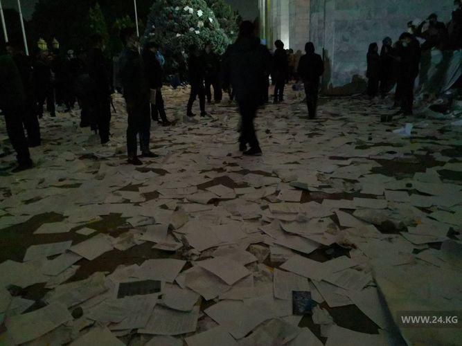 吉爾吉斯斯坦議會大選後爆發大規模騷亂, 示威者闖入總統府, 前總統被支持者釋放-圖4