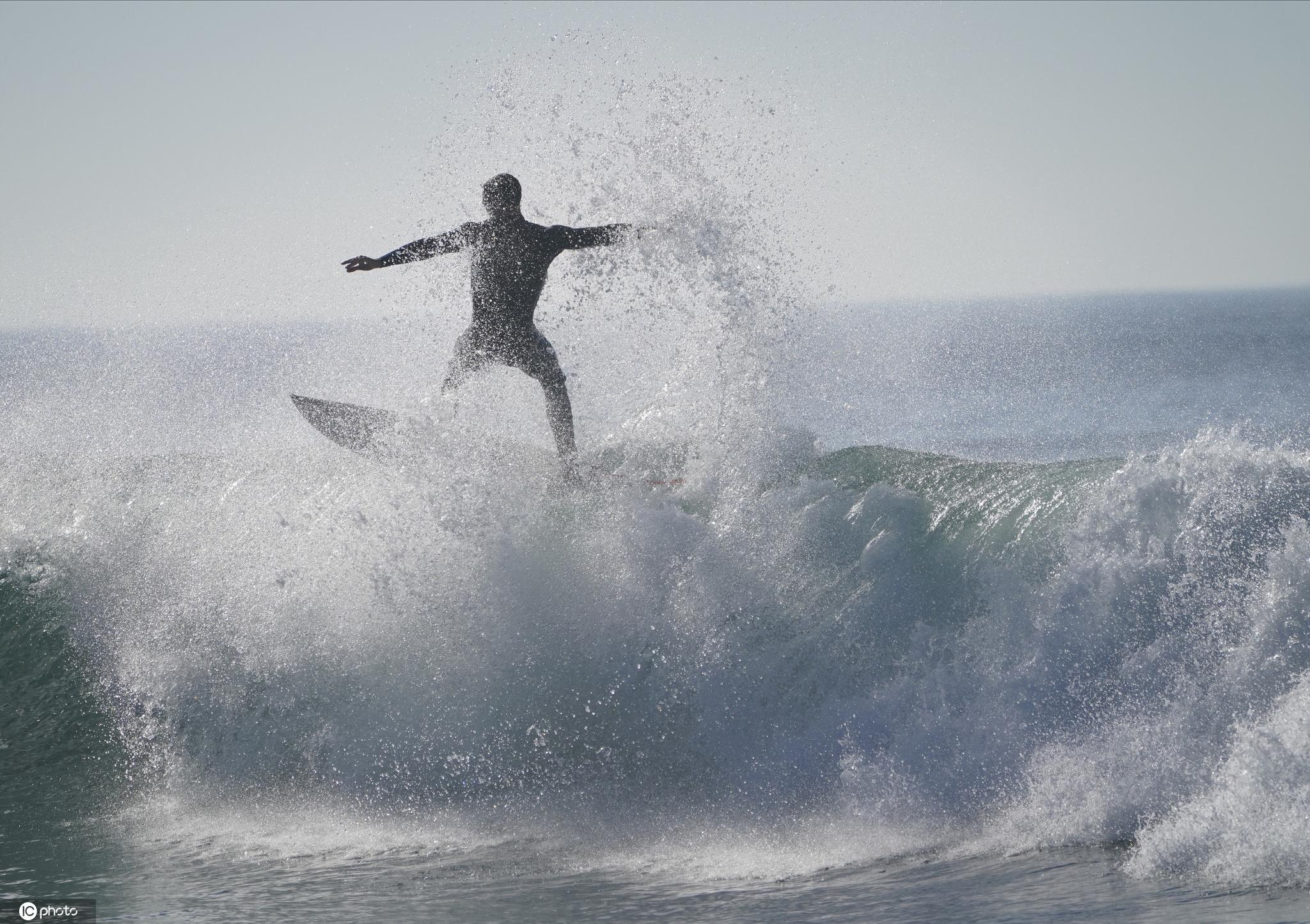 超級大潮侵襲美國加州海岸 沖浪者與巨浪勇敢搏鬥-圖4
