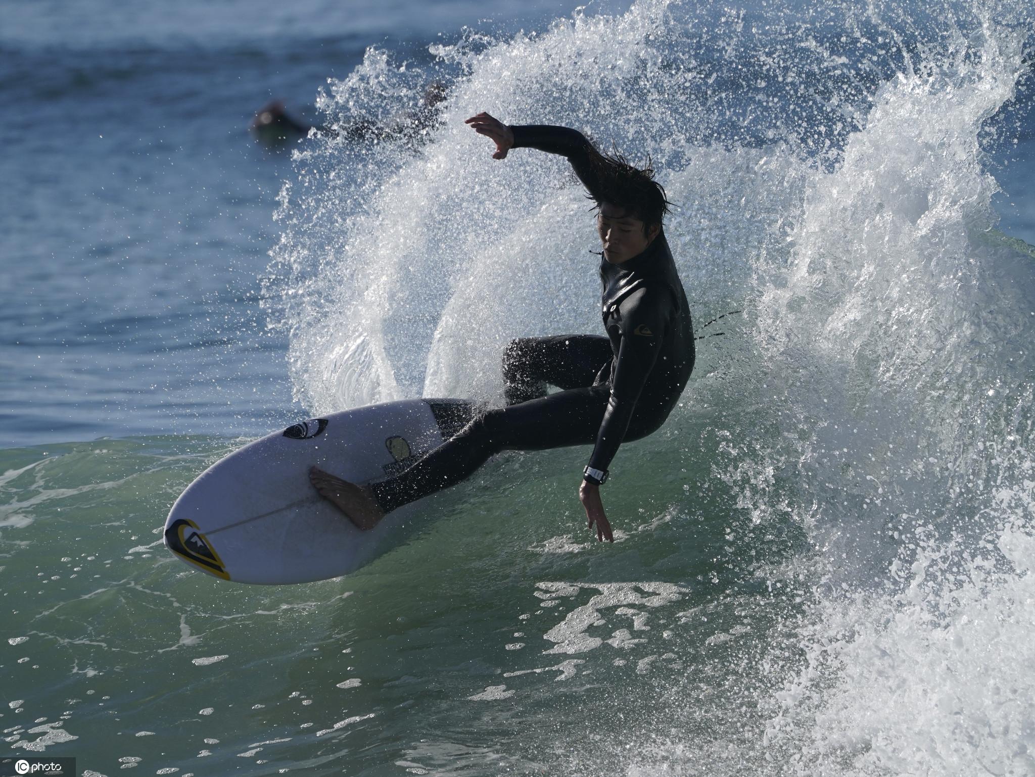 超級大潮侵襲美國加州海岸 沖浪者與巨浪勇敢搏鬥-圖3