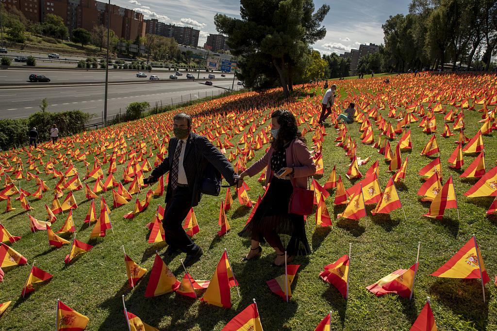 西班牙公園擺放大量國旗 悼念新冠死者-圖5