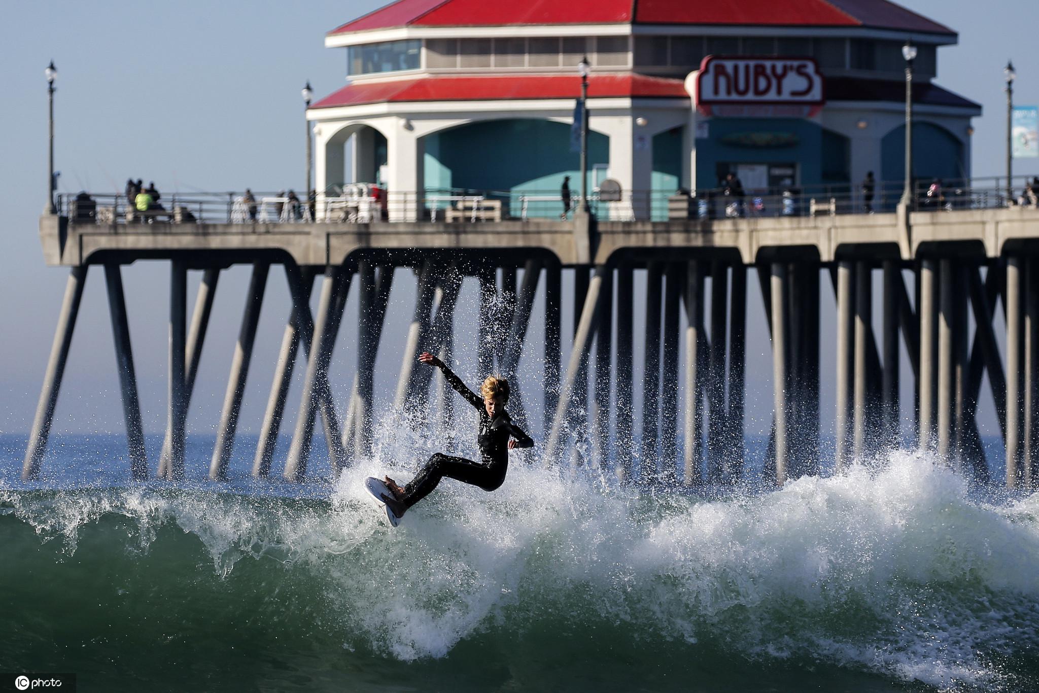 超級大潮侵襲美國加州海岸 沖浪者與巨浪勇敢搏鬥-圖9
