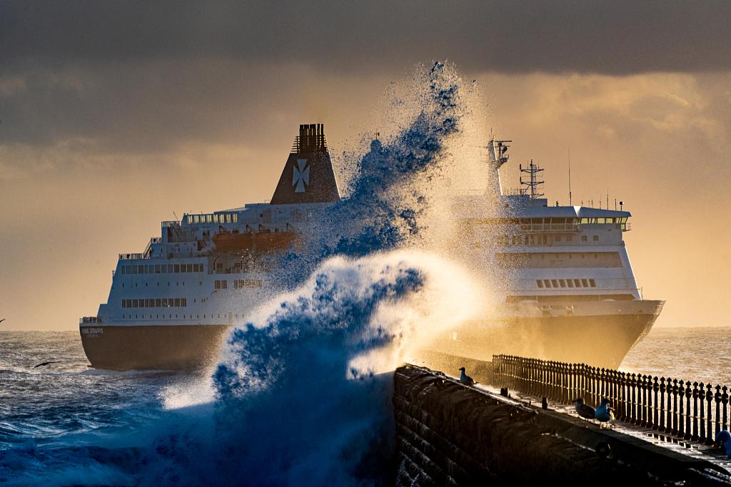 海浪拍打英國碼頭燈塔 好似驚濤拍岸激起千層雪-圖4