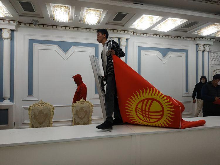 吉爾吉斯斯坦議會大選後爆發大規模騷亂, 示威者闖入總統府, 前總統被支持者釋放-圖2