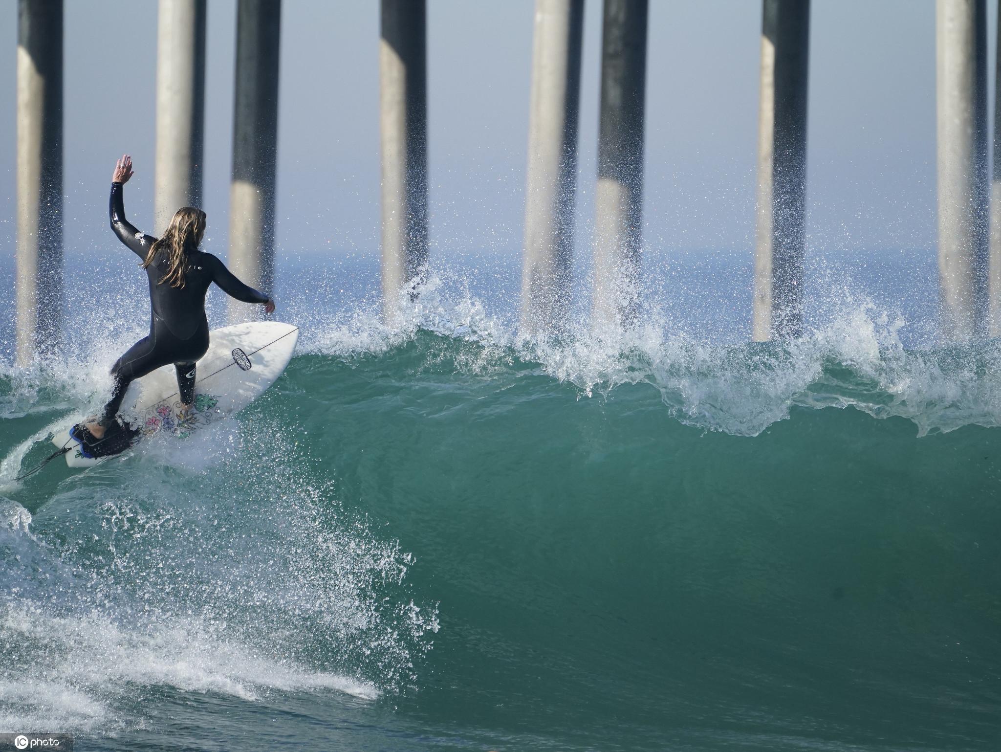 超級大潮侵襲美國加州海岸 沖浪者與巨浪勇敢搏鬥-圖2