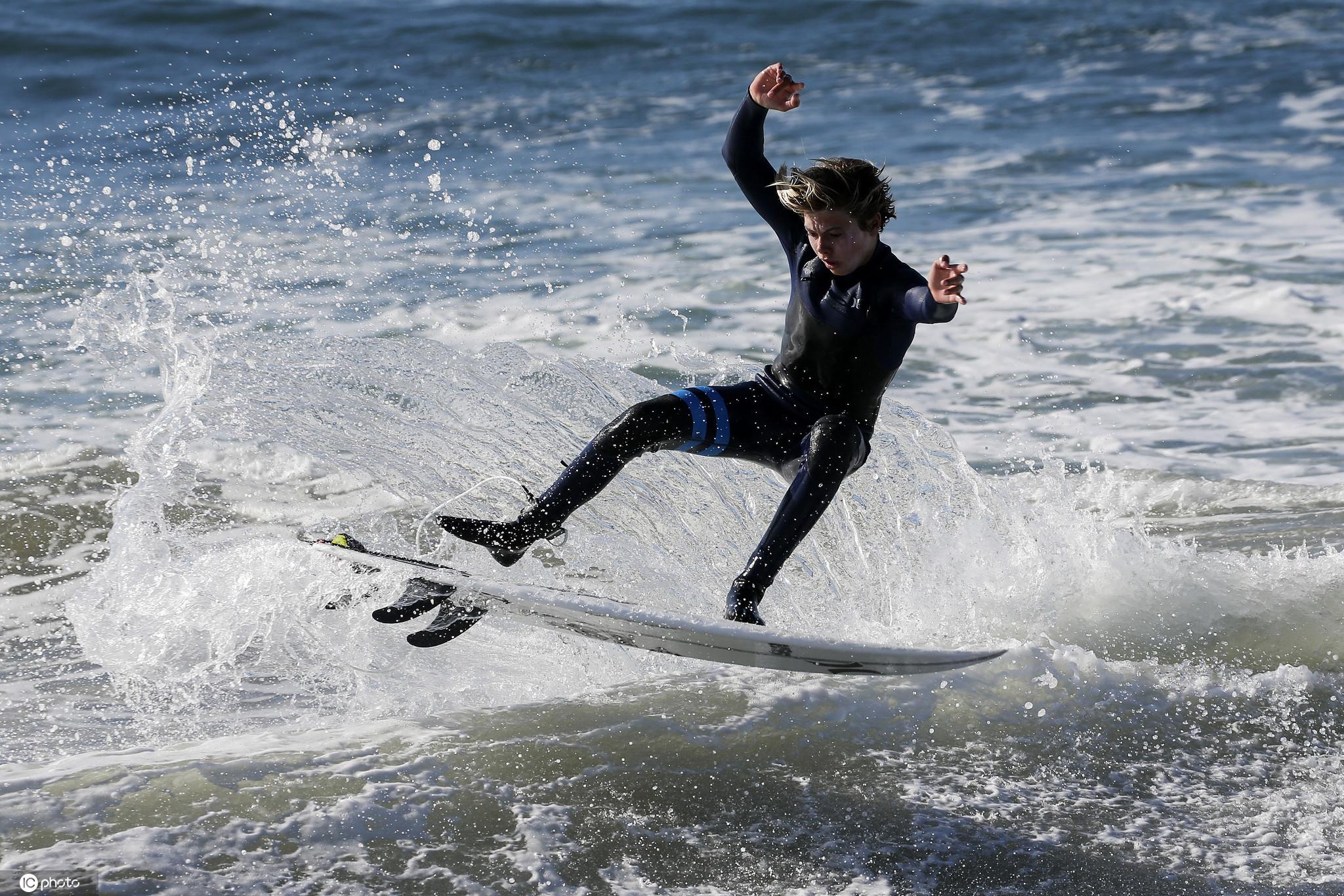 超級大潮侵襲美國加州海岸 沖浪者與巨浪勇敢搏鬥-圖7