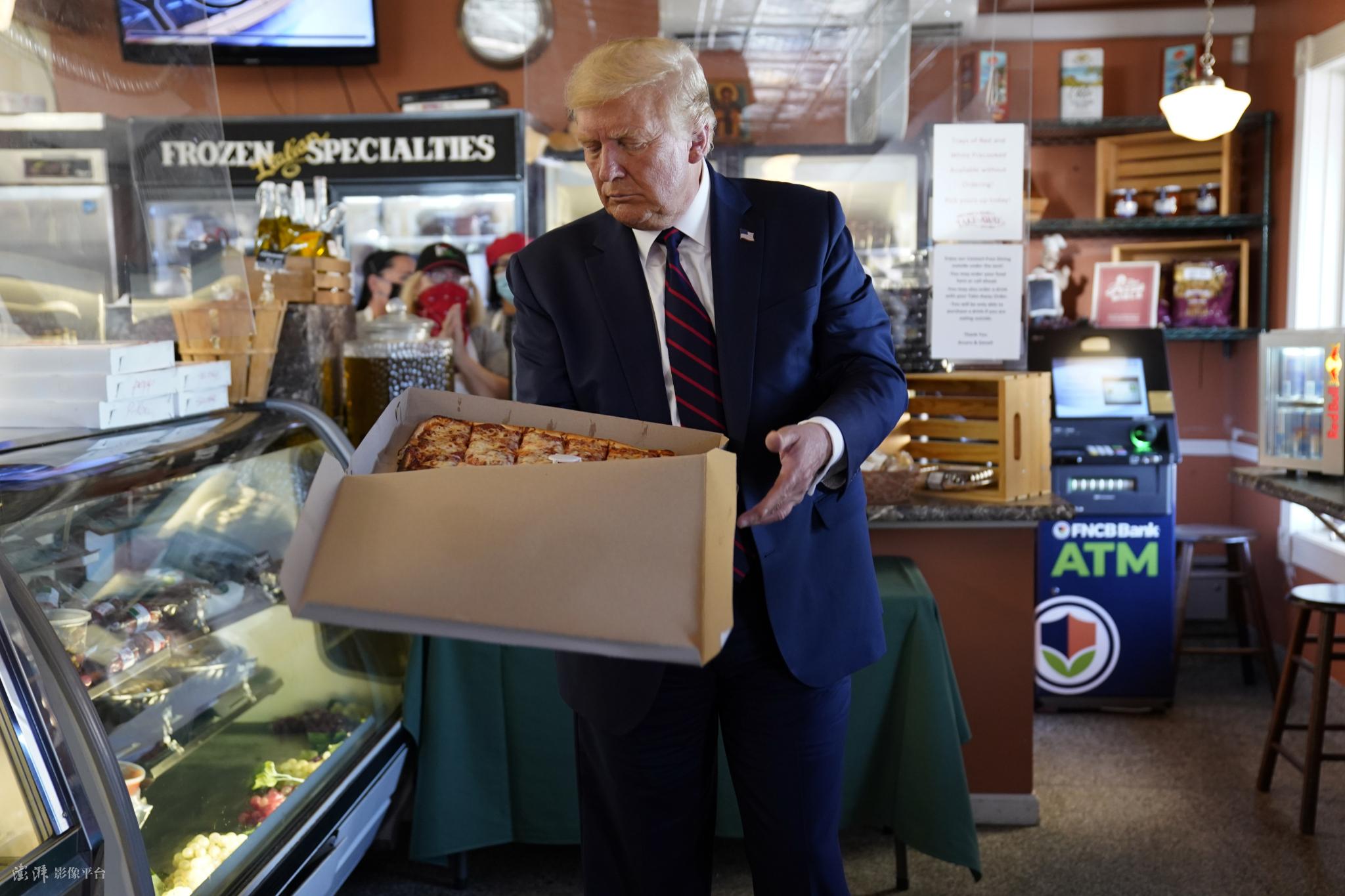 忙裡偷閑! 美國總統特朗普競選集會後去餐館買披薩-圖3