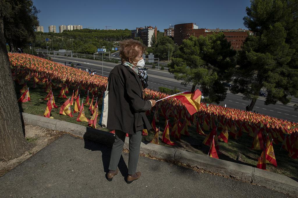 西班牙公園擺放大量國旗 悼念新冠死者-圖4