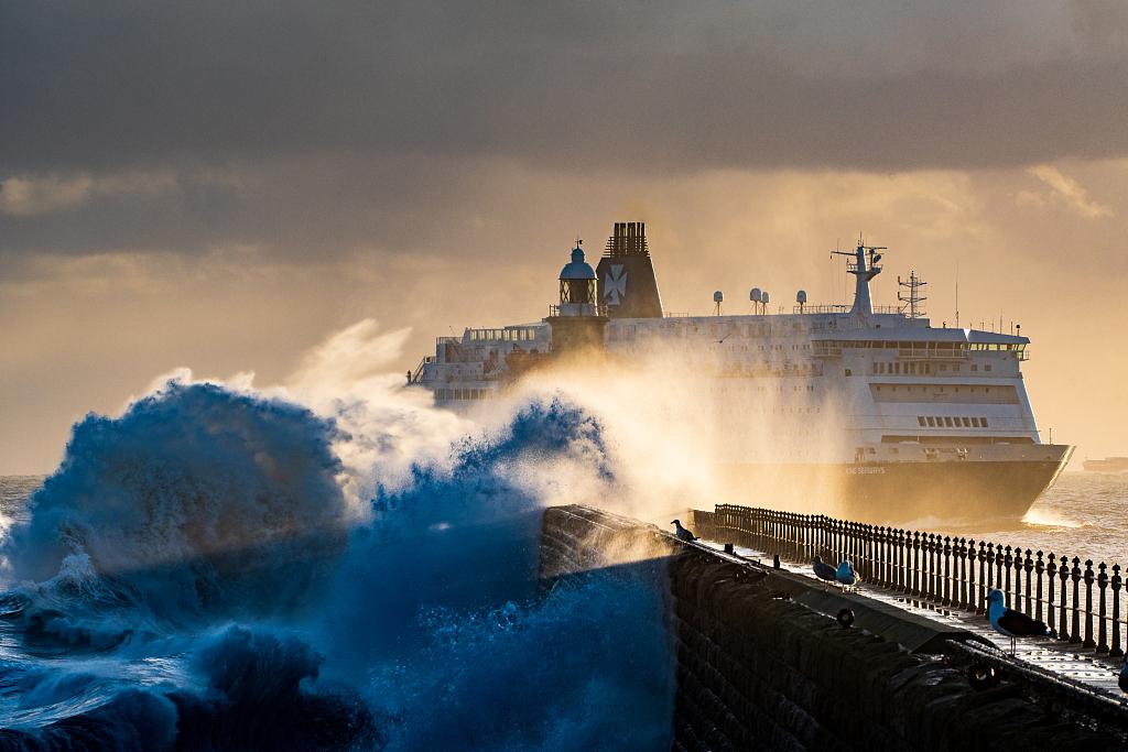 海浪拍打英國碼頭燈塔 好似驚濤拍岸激起千層雪-圖3