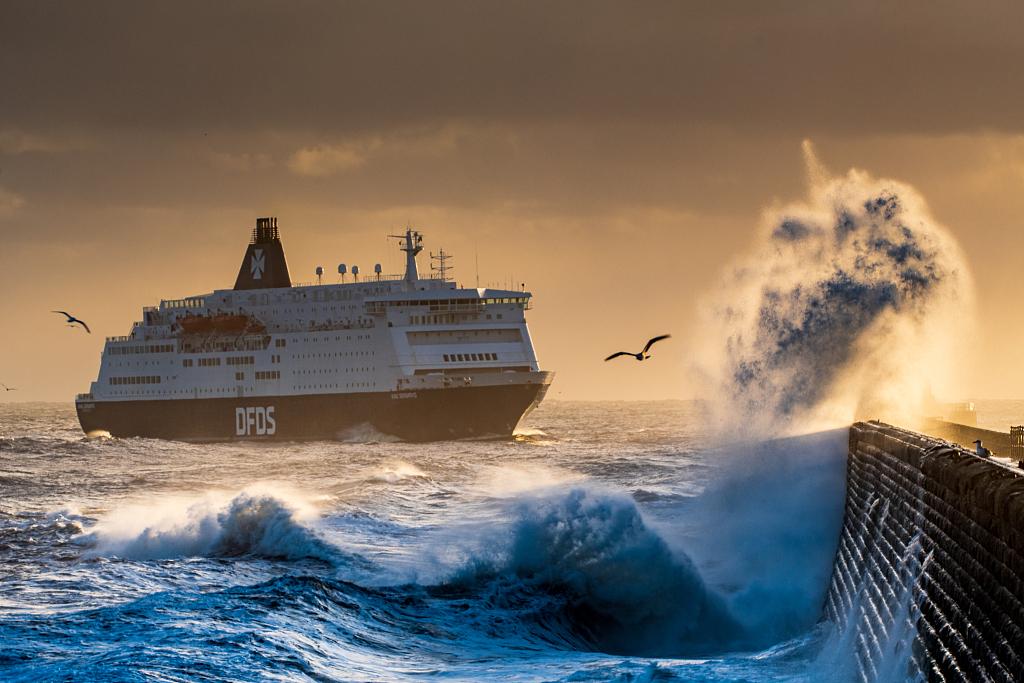 海浪拍打英國碼頭燈塔 好似驚濤拍岸激起千層雪-圖5