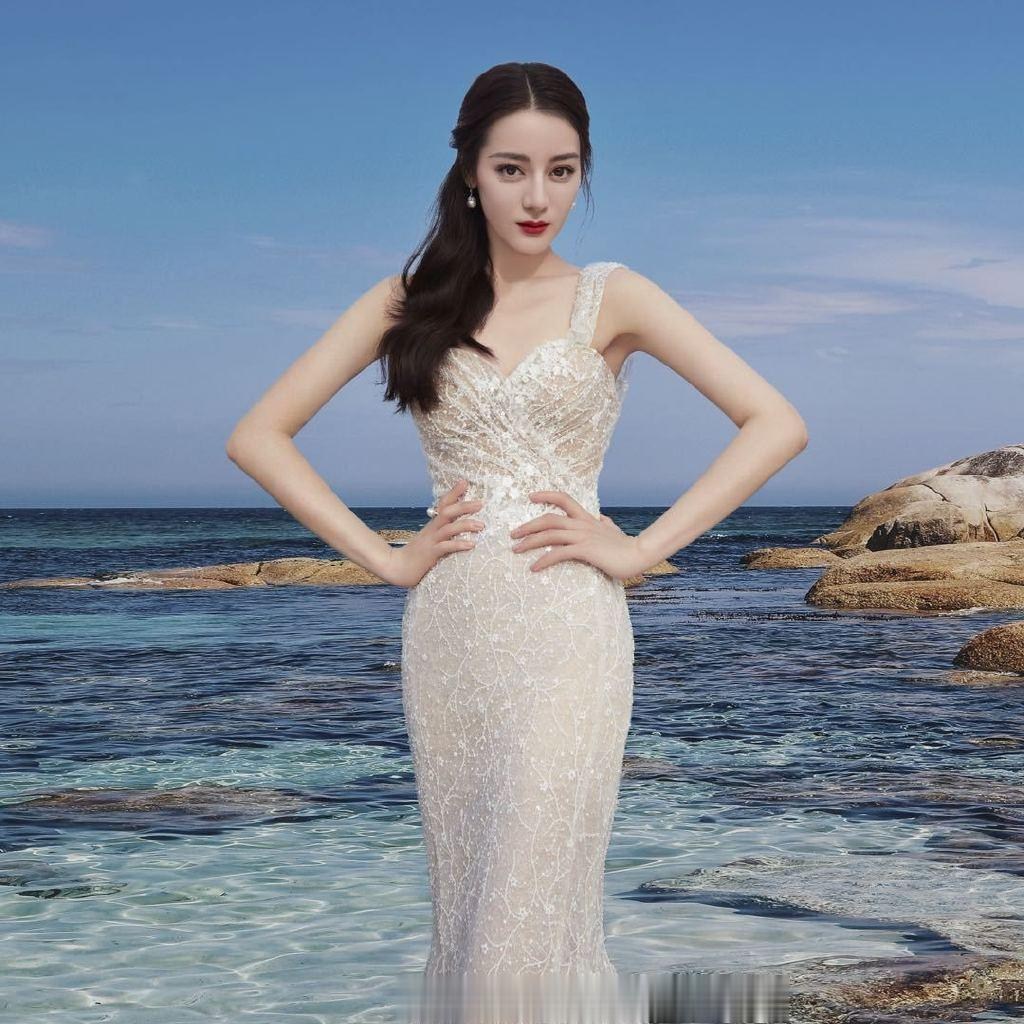 品牌分享迪麗熱巴廣告造型 化身仙氣十足的人魚公主漫步海邊-圖4